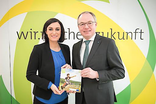 Elisabeth Köstinger uns Stephan Pernkopf bei der Pressekonferenz zum Auftakt der Wintertagung 2018 des Ökosozialen Forums