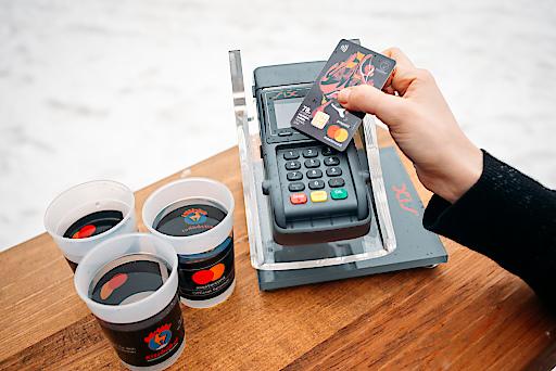 Bargeldlos bezahlen beim Hahnenkamm-Rennen mit Bankomat-Kasse von SIX und MasterCard Prepaid Karte