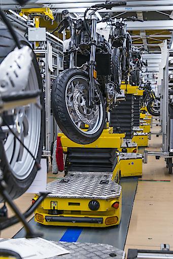 Fahrerlose Transportsysteme von DS AUTOMOTION ermöglichen eine agile Montage nach den Grundsätzen von Industrie 4.0. Im Bild die Motorradmontage im BMW-Werk Berlin.