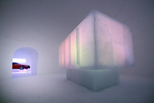 """Mit der """"medienbox"""" hat der Künstler Max Seibald wieder ein einzigartiges und vergängliches Gesamtkunstwerk aus Eis und Schnee geschaffen."""