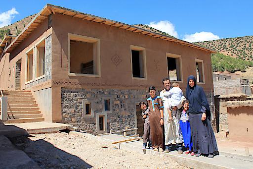 """Itto Tapal-Mouzon (rechts) hat gemeinsam mit ihrem Mann Haddou Mouzon die """"école vivante"""" Aït-Bougoumez-Tal/Marokko gegründet. Die Schule ist ein wichtiges Partnerprojekt von """"Weltweitwandern Wirkt!"""". Weitere Infos: http://www.weltweitwandernwirkt.org/marokko/"""