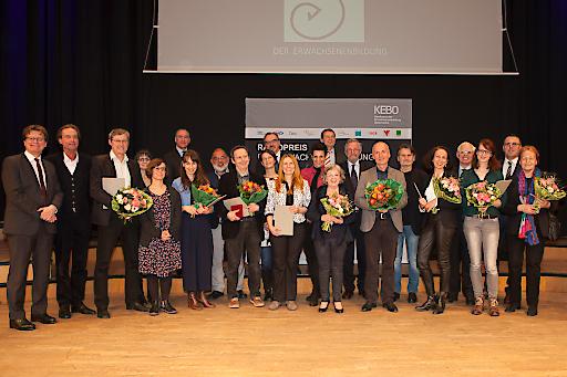 PreisträgerInnen, die beiden Moderatoren (Gerhard Bisovsky, VÖV Büro Medienpreise und Martin Haidinger, ORF), Karin Peschka (Preisrednerin), die PreisüberreicherInnen (Repräsentanten der preisverleihenden Verbände), Dr. Martin Bernhofer (ORF) und Elisabeth Ploier (Witwe von Eduard Ploier).