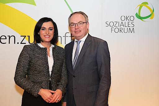 https://www.apa-fotoservice.at/galerie/12099 Im Bild vl.: Stephan Pernkopf (Präsident des Ökosozialen Forum), Elisabeth Köstinger (Bundesministerin für Nachhaltigkeit und Tourismus)