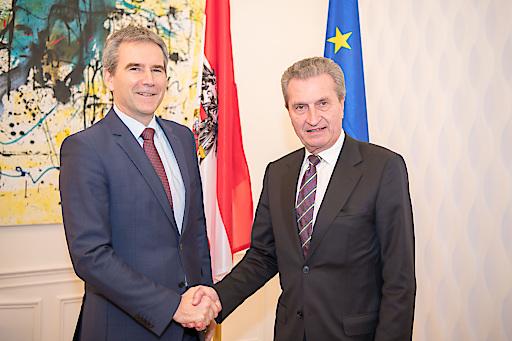 Österreichs Finanzminister Hartwig Löger (links) traf EU-Kommissar Günther Oettinger (rechts) am Montag zu einem Arbeitsgespräch in Wien.