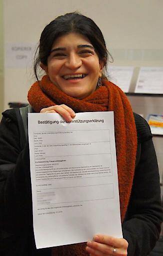 Sprecherin Schifteh Hashemi vom Frauen*Volksbegehrens gab am Montagvormittag ihre Unterschrift im 15. Wiener Bezirk ab.