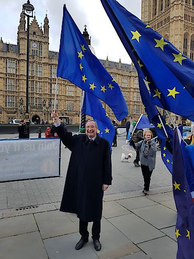 WKÖ-Präsident Christoph Leitl mit Anti-Brexit-Demonstranten in London