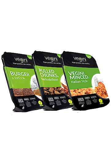 Diverse vegini Verpackungen, so, wie sie im Lebensmitteleinzelhandel erhältlich sind.