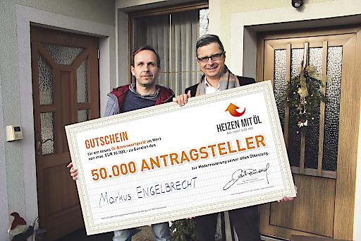 BILD zu OTS – Im Bild v.l.n.r.: Markus Engelbrecht (50.000. Antragsteller) und Martin Reichard (Geschäftsführer Heizen mit Öl GmbH); Foto: © Heizen mit Öl GmbH
