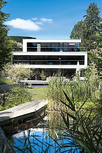 Moderne Architektur eingebettet in einen Naturgarten