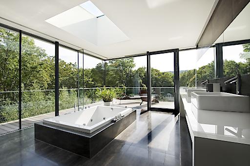 Das Bad als Spa mit Ausblick ins Grüne