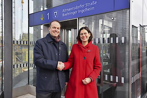 Philipp von Lattorff, Generaldirektor Boehringer Ingelheim RCV und Silvia Angelo, Vorstandsvorständin der ÖBB Infrastruktur AG eröffnen neuen Schnellbahnabgang am Bahnhof Hetzendorf