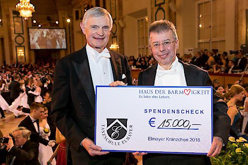 https://www.apa-fotoservice.at/galerie/11975 Institutsdirektor Haus der Barmherzigkeit Christoph Gisinger nimmt feierlich die großzügige Spende entgegen.