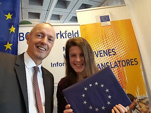 Österreichs Sprachtalent Johanna Tösch und Achim Braun Kulturbeauftragter der EU-Kommission Wien