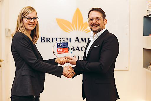 Anke Klus, HR Business Partner Austria, gratuliert Geschäftsführer Roland Rausch zum 2. Platz