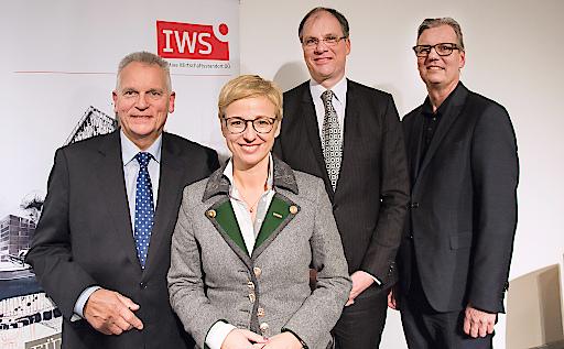 IWS-Enquete in Linz, v. l.: IWS-GF Gottfried Kneifel, WKOÖ-Präsidentin Doris Hummer, der Schweizer Ökonom Reto Steiner und der oö. Landtagsdirektor Wolfgang Steiner.