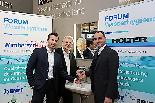 Christian Wimberger (Geschäftsführer WimbergerHaus), Herbert Wimberger (Präsident FORUM Wasserhygiene) und Michael Holter (Geschäftsführer Fritz Holter GmbH) setzen sich gemeinsam für die Trinkwasserhygiene ein.