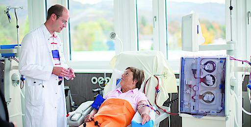 OA Dr. Martin Gerke, Leiter der Dialyse an der Privatklinik Wehrle-Diakonissen, bei der täglichen Visite im Gespräch mit einer Dialysepatientin.