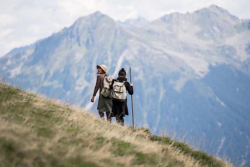"""Montafoner Theaterwanderung """"Auf der Flucht"""" Bei der geführten Wanderung spürt das """"teatro caprile"""" an wechselnden Spielorten dem Schicksal von flüchtenden Menschen an der österreichisch-schweizerischen Grenze nach. Ein beeindruckendes Schauspiel mit Sogwirkung."""