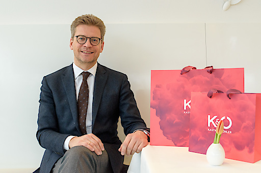 Mag. Martin Wäg, Vorstandsvorsitzender der Kastner & Öhler AG, im Interview. In der ersten März-Hälfte eröffnet das Unternehmen gleich fünf neue Filialen. Im Gesamtgeschäftsjahr 2017/18 sind die Umsätze von Kastner & Öhler und Gigasport um 3,5 Prozent auf 270 Mio. Euro gestiegen.