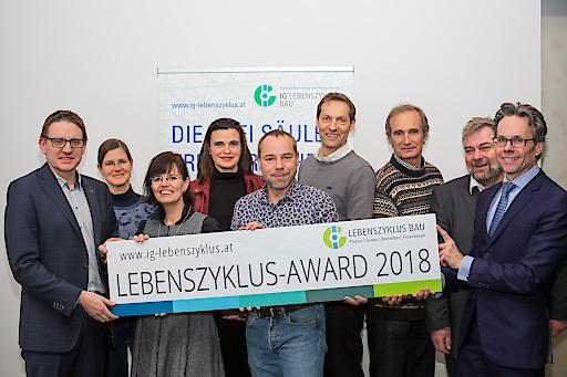 """Die Jurymitglieder des """"Lebenszyklus-Award 2018"""" bewerten Bauprojekte nach ihrer Prozess-, Kultur- und Organisationsqualität (v.l.n.r.): Gerald Goger (TU Wien), Franziska Trebut (ÖGUT), Claudia Hübsch (WKO), Eva Eichinger-Vill (bmvit), Oliver Sterl (RLP Architekten), Wolfgang Kradischnig (DELTA), Walter Purrer (Initiative Kulturwandel Bau), Karl Friedl (M.O.O.CON) und Stephan Heid (Heid Schiefer Rechtsanwälte)."""