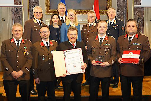 Feuerwehrpräsident Albert Kern (2.v.l.), überreichte zusammen mit Bundesministerin Margarete Schramböck (Mitte), die Auszeichnung an den Technik-Chef der Energie Steiermark, Dieter Schwarz (vorne Mitte) .