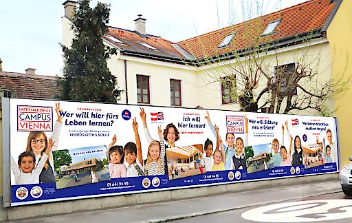 Kampagnenbild: Der neue International Campus Vienna kommuniziert aktuell die neue Bildungseinrichtung.