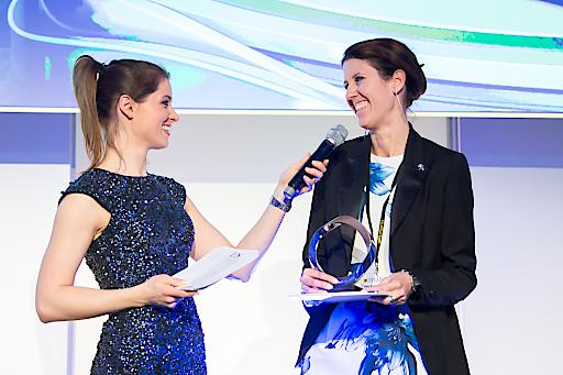 Silvia Rieger, Direktorin Marke Peugeot, bei der Preisübernahme