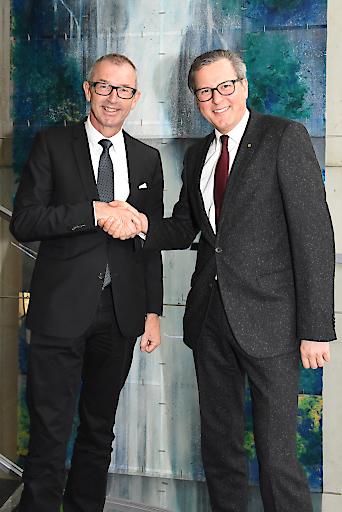 Besiegeln die freundschaftliche Zusammenarbeit für ein weiteres Jahr: RLB Tirol Vorstandsvorsitzender Dr. Johannes Ortner und MCI-Rektor Dr. Andreas Altmann.