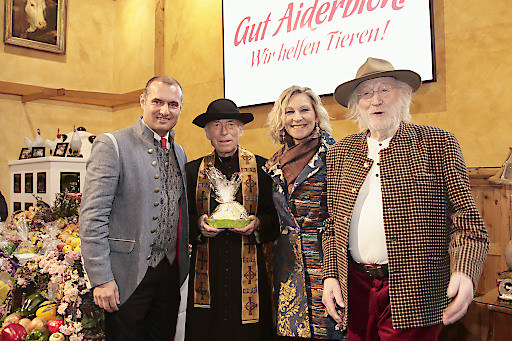 Dieter Ehrengruber (Geschäftsführer Gut Aiderbichl), Pfarrer Herbert Schmatzberger, Claudia Jung und Karl Merkatz