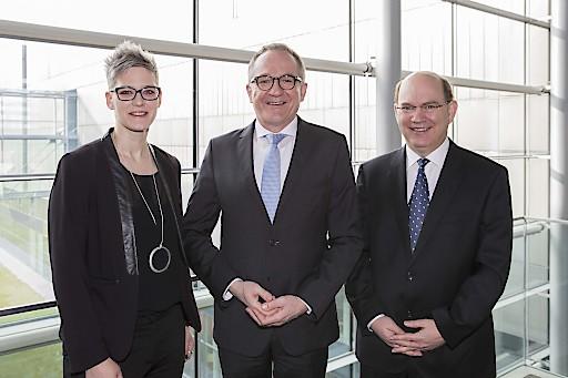FH Forschungsforum 2018: (v.l.) Carmen Wageneder-Schmid (Organisatorin des 12. FH-Forschungsforums, FH Salzburg) mit Raimund Ribitsch (FHK Präsident) und Johann Kastner (Vorsitzender FHK F&E-Ausschuss)