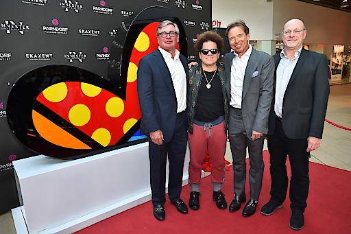 """Der weltberühmte brasilianische Neo-Pop-Art Künstler Romero Britto enthüllte die von ihm entworfene Skulptur """"For You"""" – Spatenstich zur Neugestaltung des Vorplatzes mit Eigentümervertretern und Bürgermeister Wolfgang Kovacs"""
