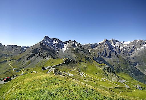 Blick von der Edelweiß-spitze (2.571 m - höchster Punkt der Großglockner Hochalpenstraße) auf 30 Dreitausender