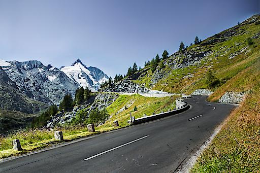 Auffahrt Gletscherstraße mit herrlichem Blick auf den Großglockner (3.798 m)