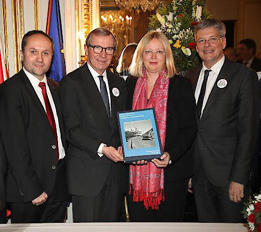 Übergabe des Dossiers zur Anerkennung der Großglockner Hochalpenstraße als Welterbe in der österreichischen Botschaft in Paris im Jänner 2017.