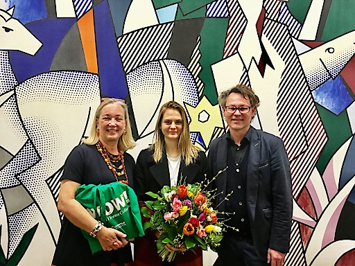 Kuratorin Agnes Husslein-Arco und Direktor Hans-Peter Wipplinger gratulierten der 100.000. Besucherin in der WOW! Ausstellung