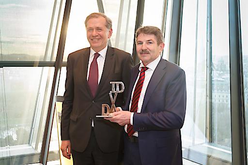 Wilhelm Rasinger, Präsident des IVA übergibt den IVA David an Preisträger Ernst Vejdovszky, Vorstandsvorsitzender der S IMMO AG.