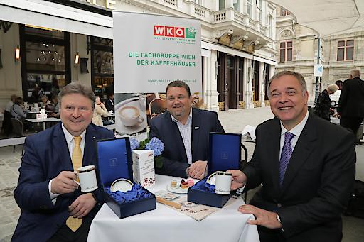 Kaffeesieder-Obmann Wolfgang Binder überreicht Wohnbaustadtrat Michael Ludwig (li.) und WKW-Präsident Walter Ruck (re.) die Ehrenkaffeetasse der Wiener Kaffeehäuser