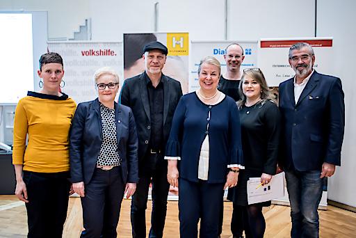 Bundesministerin Beate Hartinger-Klein (Mitte) mit derzeitigem BAG-Vorsitzenden Erich Fenninger und Vertreterinnen der Bundesarbeitsgemeinschaft Freie Wohlfahrt.