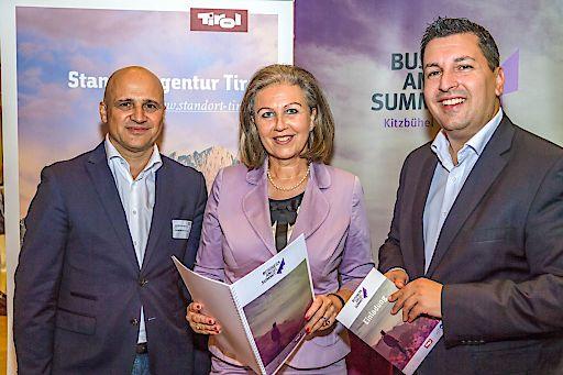 Die Veranstalter Bernhard Sagmeister (aws, links) und Marcus Hofer (Standortagentur Tirol, rechts) freuen sich mit Tirols Wirtschaftslandesrätin Patrizia Zoller-Frischauf auf die Bewerbungen zum Business Angel Summit Kitzbühel 2018.