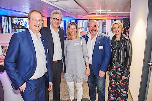 Vlnr.: Gerhard Dangel, Gerhard Fischer (Vorstände AutoBank), Petra & Franz Czeczelits (Automegastore), Manuela Huber (AutoBank)