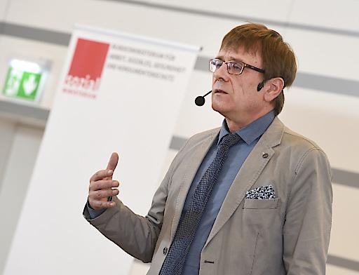 Tagung zum Thema 'Führungsqualität in konflikthaften Situationen bei der Begleitung älterer Menschen'. Vortrag von Simon Groß, Zentrum für Altersfragen (RBS), Luxemburg