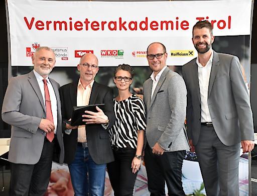 Stolz auf die Partnerschaft: (v.l.) Gerhard Föger, Anton Habicher (beide Land Tirol), Katrin Perktold (Verband der Tiroler Tourismusverbände), Fachgruppen-Obmann und Landtagsabgeordneter Mario Gerber, Norbert Schöpf (WIFI Tirol).