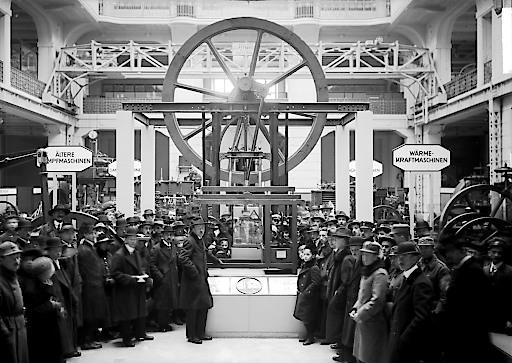 Besucher in der Maschinenhalle des neueröffneten Technischen Museums für Industrie und Gewerbe in Wien, 1918.