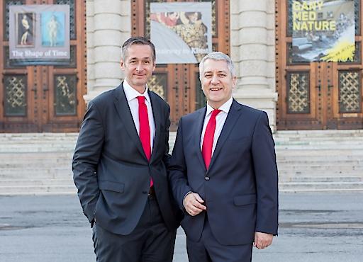 Vorstandsvorsitzender Mag. Wolfgang Lackner (rechts) freut sich mit Vertriebsvorstand Mag. (FH) Andreas Sturmlechner über ein gutes Ergebnis 2017 der Europäischen Reiserversicherung.