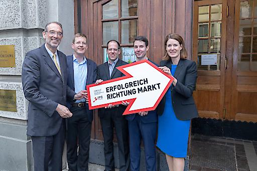 PK Spin-off: BM Heinz Faßmann, Peter Lieberzeit (Host, Institut für Physikalische Chemie der Universität Wien), Michael Nardai und Thomas Werzer (Fellows) und FFG-GF Henrietta Egerth