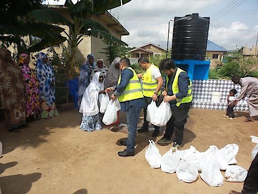 Ehrenamtliche aus Österreich verteilen Lebensmittelpakete bei Brunneneröffnung