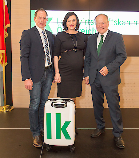 https://www.apa-fotoservice.at/galerie/13591 Im Bild v.l.n.r.: Neuer LK-Österreich-Präsident Josef Moosbrugger; Bundesministerin Elisabeth Köstinger; Bisheriger LK-Österreich-Präsident Hermann Schultes