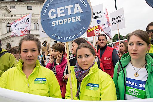 Noch ist CETA nicht beschlossen! Giftzähne sind nicht gezogen! GLOBAL 2000 vor dem Bundeskanzleramt