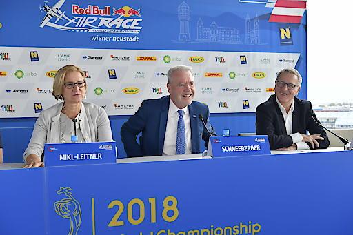 Das Red Bull Air Race kehrt nach Österreich zurück: Landeshauptfrau Johanna Mikl-Leitner, Bürgermeister Klaus Schneeberger und Red Bull Air Race General Manager Erich Wolf freuen sich auf ein spannendes Rennwochenende in Wiener Neustadt.