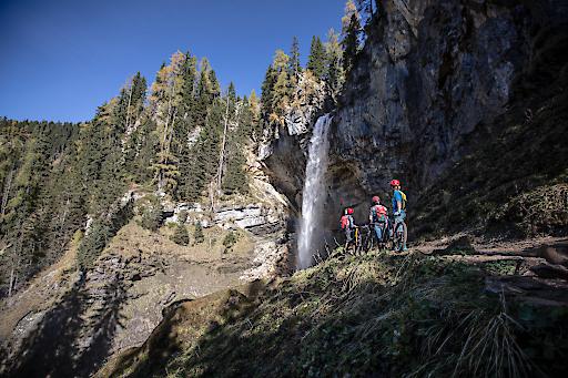 Ein außergewöhnliches Mountainbike-Abenteuer vor einer eindrucksvollen Bergkulisse.